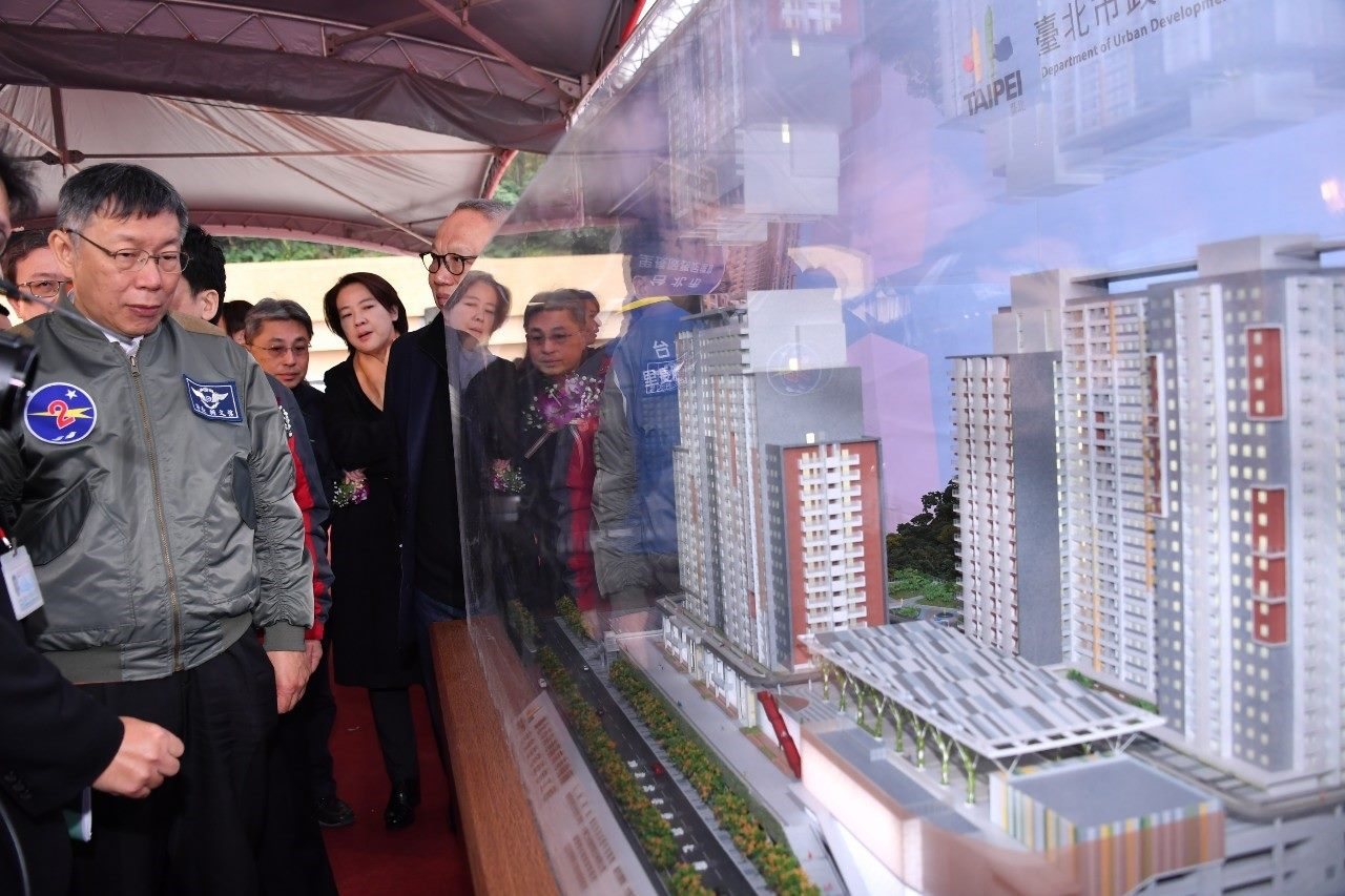 Mayor inspects a model of the Nangang Depot Public Housing