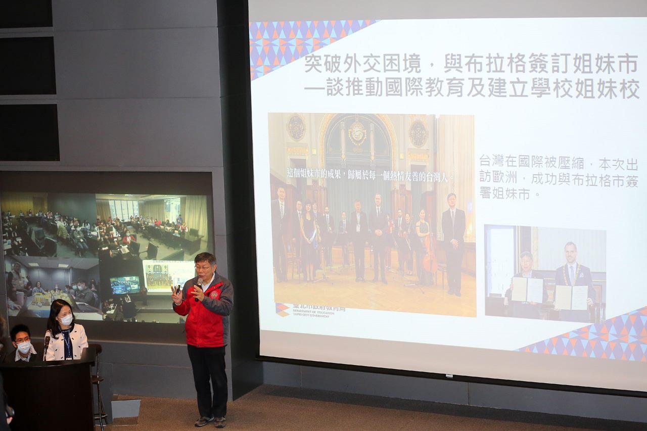 Mayor Ko speaking at the meeting of school principals