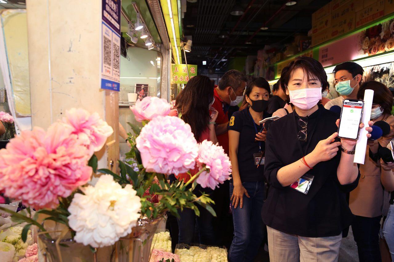 Deputy Mayor Huang at the flower market