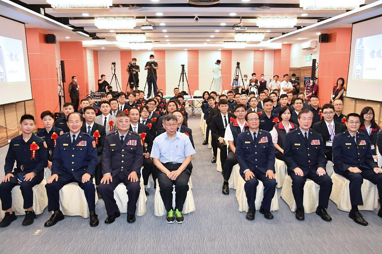 Mayor with police officers at the award ceremony