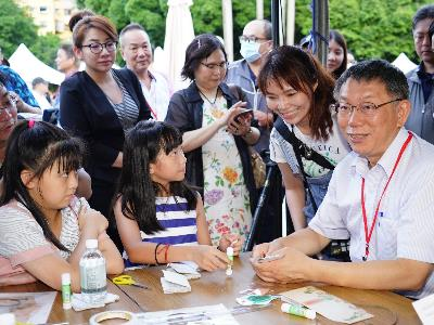 Mayor Ko and kids at the opening event for the Xikou Cultural Festival