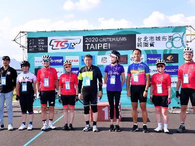 Mayor Ko and athletes at the cycling tournament