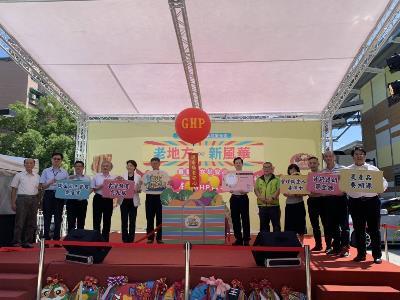 Mayor Ko with market representatives at the award ceremony