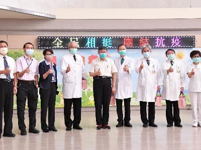 Mayor Ko with staff members of the Taipei Veterans General Hospital