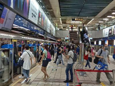 Crowds taking the MRT