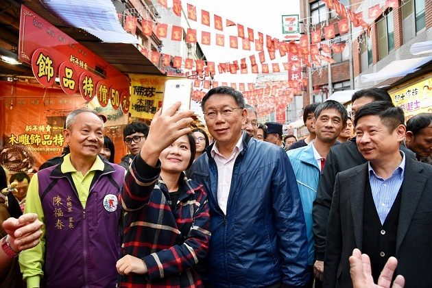 Mayor Ko takes pictures with bazaar visitors