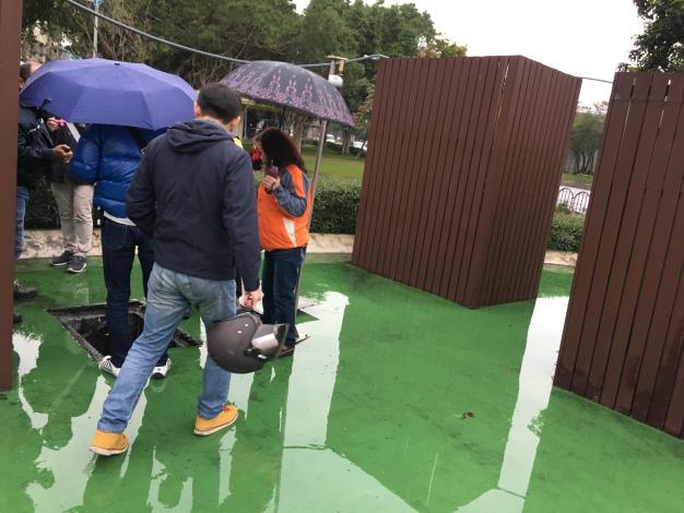 吳美貞里長針對里內蚊子多於3月7日在三民公園進行會勘