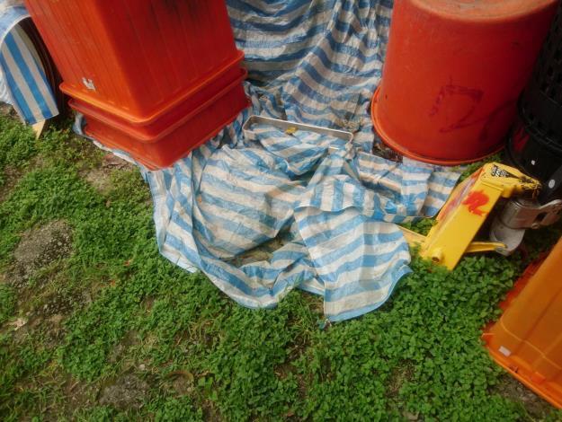 圖二:遮物品之帆布,易成積水容器