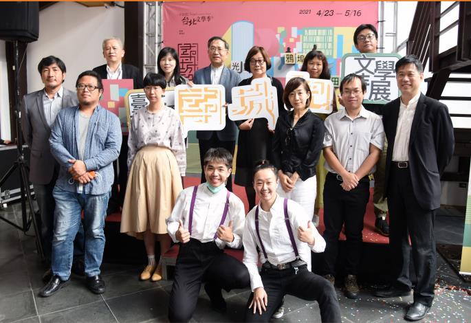 蔡炳坤副市長(後排左三)、文學季計畫主持人封德屏(後排左四)和與會貴賓合影