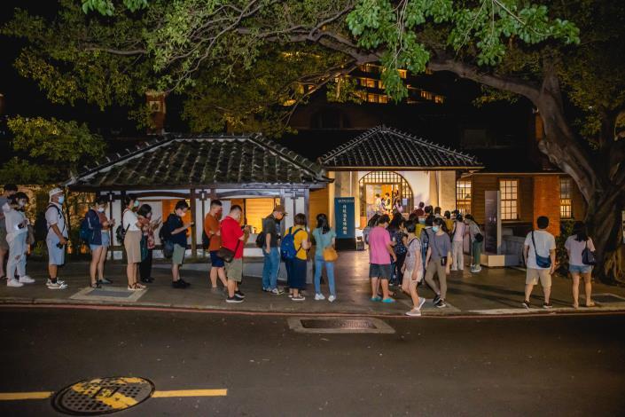 北投溫泉博物館響應白晝之夜開放夜間時段,吸引民眾排隊參觀