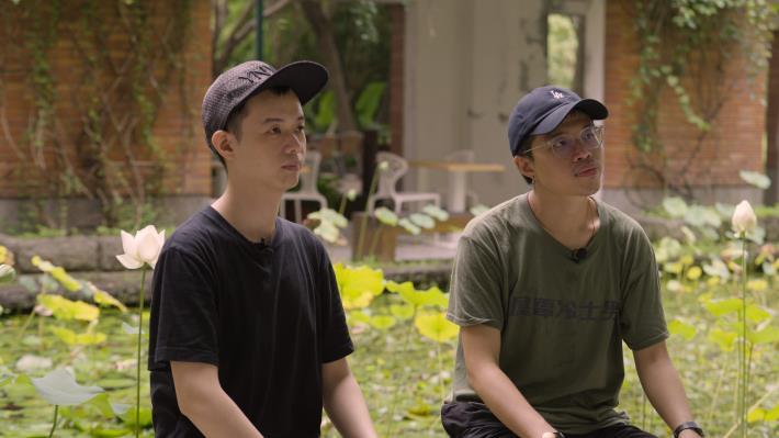 舞台劇本得主陳弘洋(圖右)、劉紹基為北藝大劇藝創所同學