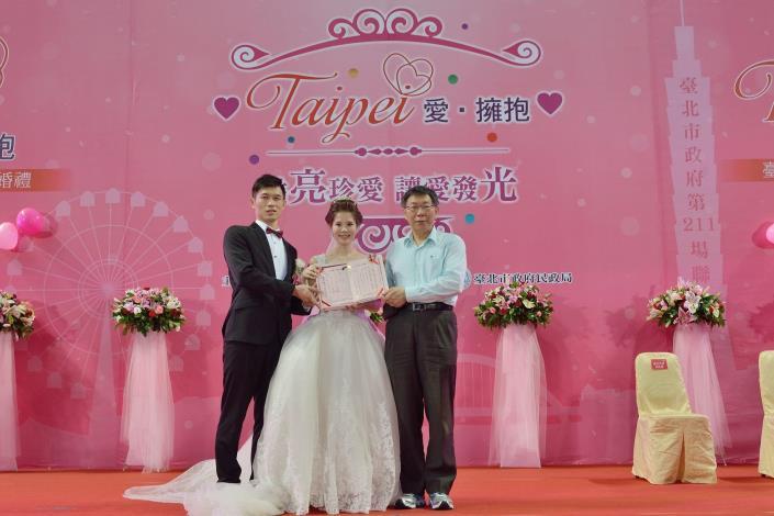市長頒發新人結婚證書[開啟新連結]