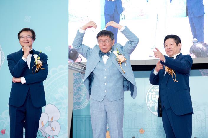 臺北市第218場聯合婚禮-介紹人與證婚人比出「我愛你」