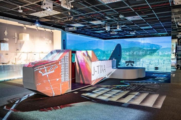 點擊打開觀看本次特展二樓設有近6公尺日治時期第一座臺人集資購買的飛機臺北號,民眾可透過VR鳥瞰臺北