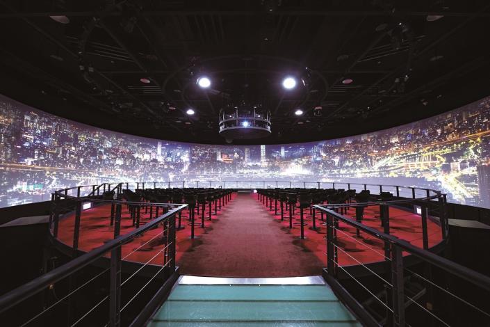 發現劇場360 度環形螢幕及旋轉平台,讓觀眾身歷其境體驗夜台北生活。