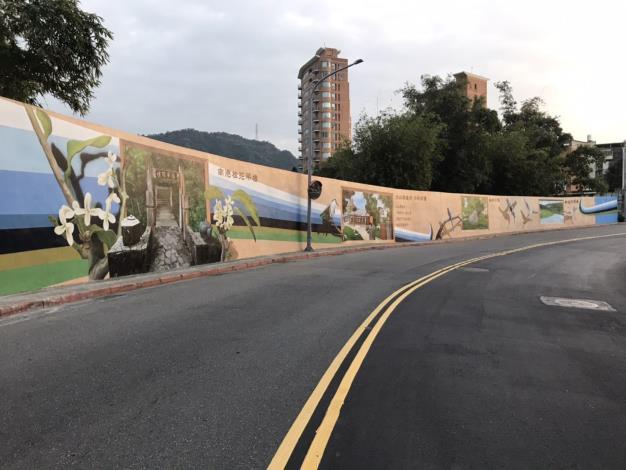 進行東新街擋水牆美化工程前 以當地景點作為繪製主題