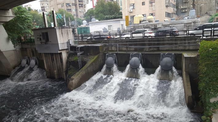 面對梅雨鋒面來襲 北市的87座抽水站整備完成(舌閥出水口)