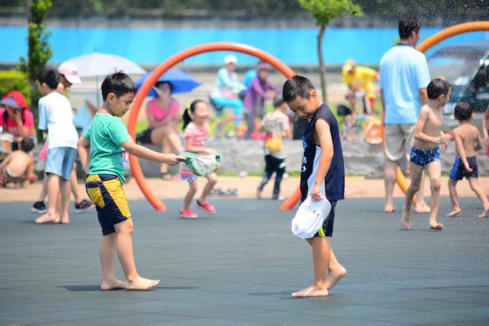 夏日消暑最好的方式就是戲水.JPG