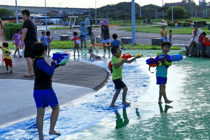 飆破36度高溫的夏天,到大佳河濱戲水區玩水超涼爽!