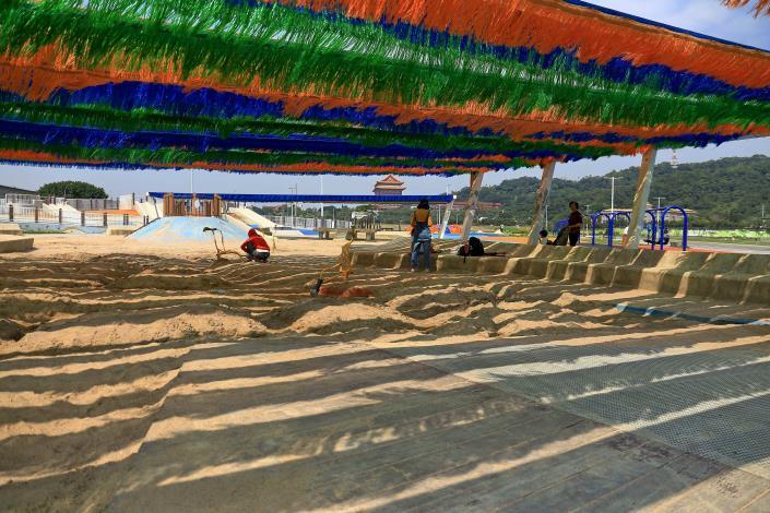 大佳河濱沙坑上方有五星級的遮陽棚,讓小朋友涼爽玩沙不用怕曬
