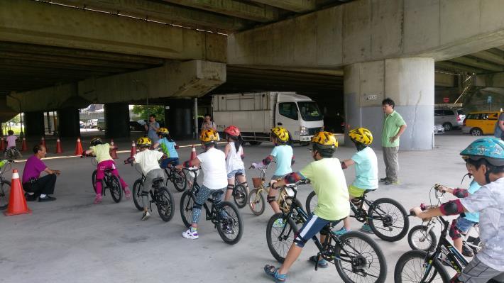 「暑期學童單車營」為免費教學課程並免費提供兒童單車、兒童安全帽、護具和保險