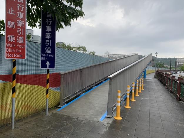 新設的自行車牽引道也讓喜歡到河濱騎乘自行車的車友不必扛車上下,這對附近居民來說真是一大福音,