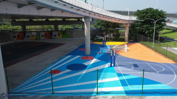 「社子大橋周邊護岸及環境改善工程」繽紛彩繪籃球場