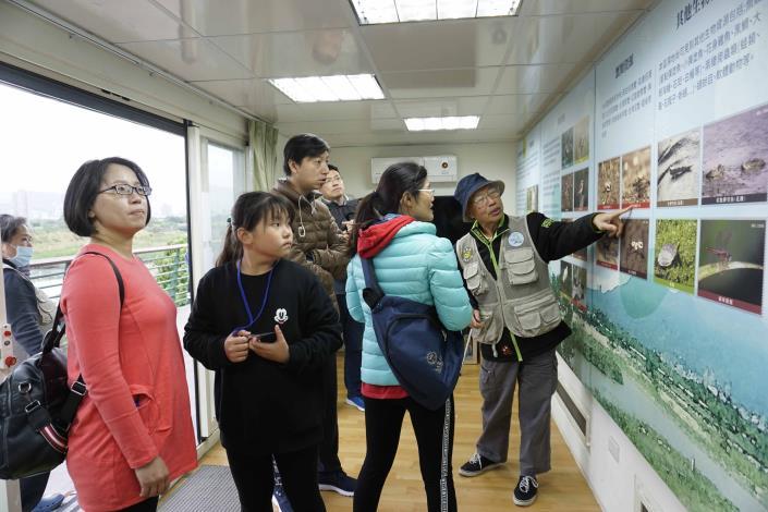 駐點值班志工熱心解說社子島濕地環境