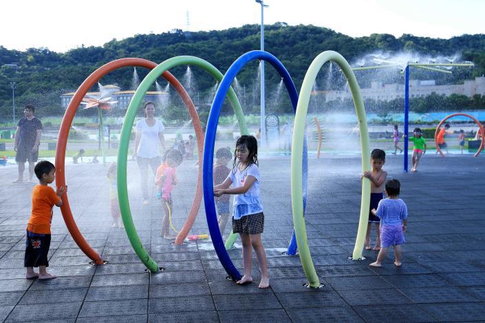 大佳河濱戲水區 9月起調整開放噴灑時間為週末下午3至6時
