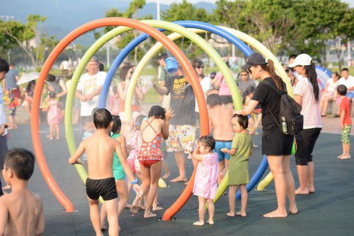 大佳河濱戲水區 9月起調整開放噴灑時間為週末的下午3至6時