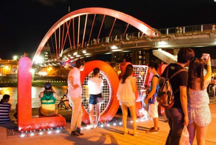 到「成美河濱公園」賞月最方便,可就近到饒河夜市吃吃喝喝