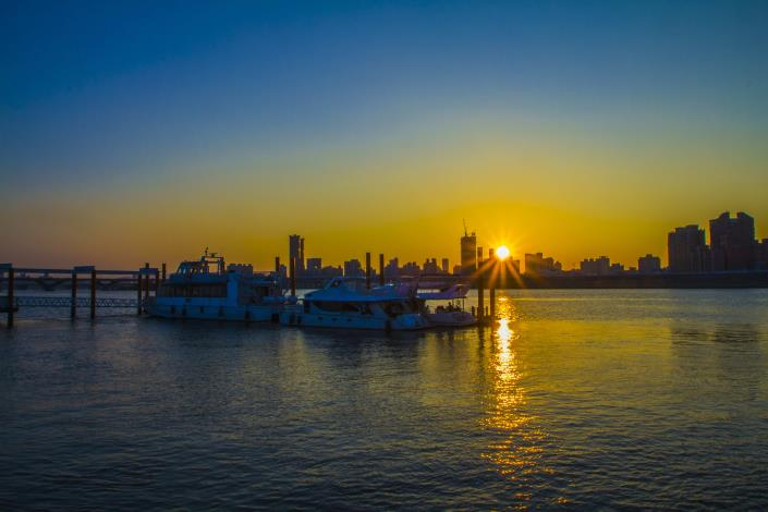 想要賞月也想欣賞夕陽西下的美景,「延平河濱」的大稻埕碼頭是首選