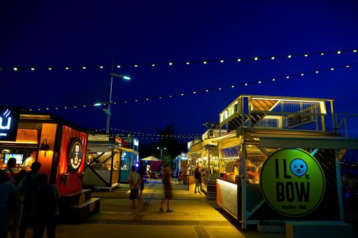 延平河濱的大稻埕碼頭廣場有貨櫃市集提供各式異國美食