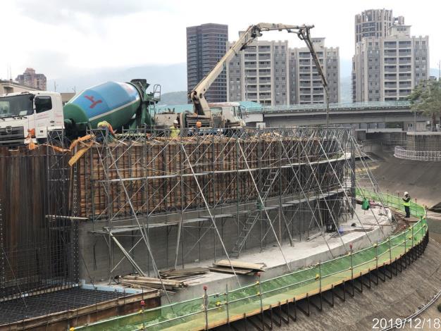 水利處的施工團隊 施作防止沉陷的基樁並築新堤