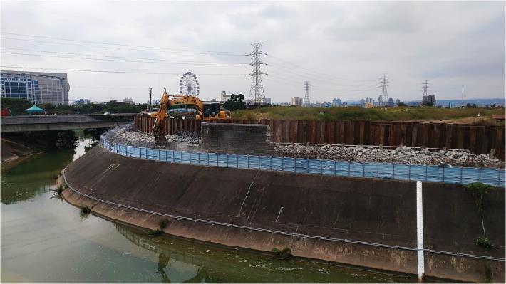 這段堤防因為有沉陷及影響安全 水利處的施工團隊將舊有堤防打除後築新堤