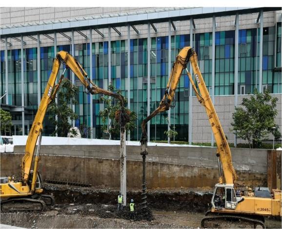 施工團隊施作防止沉陷的基樁並築新堤