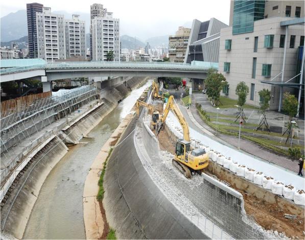 水利處施工團隊將舊有堤防打除後,施作防止沉陷的基樁並築新堤