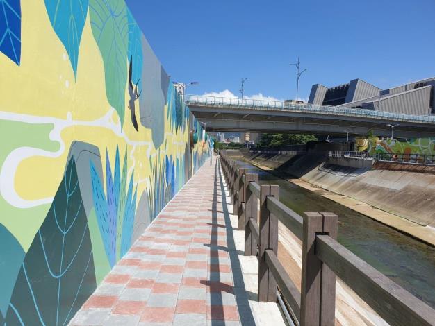 新的堤壁以彩繪搭配FRP造型浮雕等設置於開放空間,呈現大尺寸擬真藝術效果,跳脫復古三面光堤防結構觀感,讓堤防及步道活化出新生命!