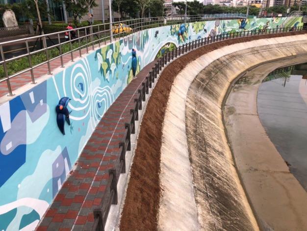 新的堤壁以彩繪搭配FRP造型浮雕等設置於開放空間,讓堤防及步道活化出新生命!
