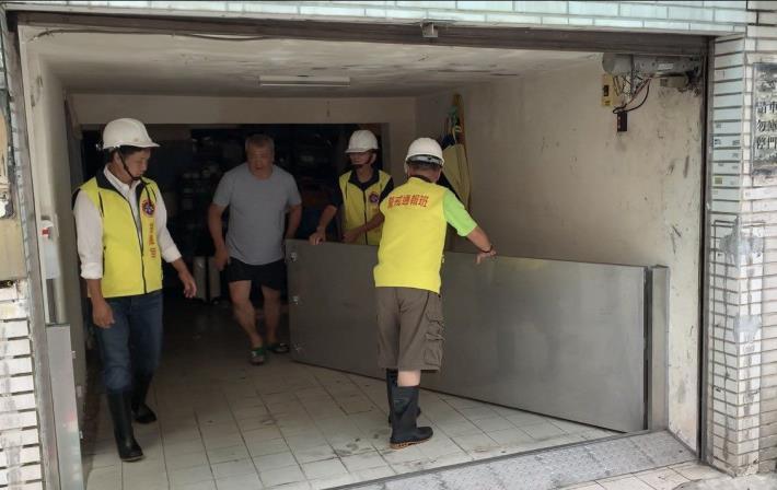 水利處建議,應於建築物出入口設置防水閘門(板),第一時間做好自主防災。