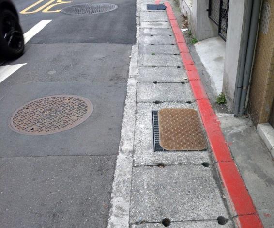 防災第一步 清空水溝蓋上方 保持水路暢通 否則容易造成積水