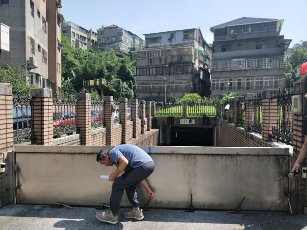 北市水利處建議,應於建築物出入口設置防水閘門(板),可有效減少財產損失。