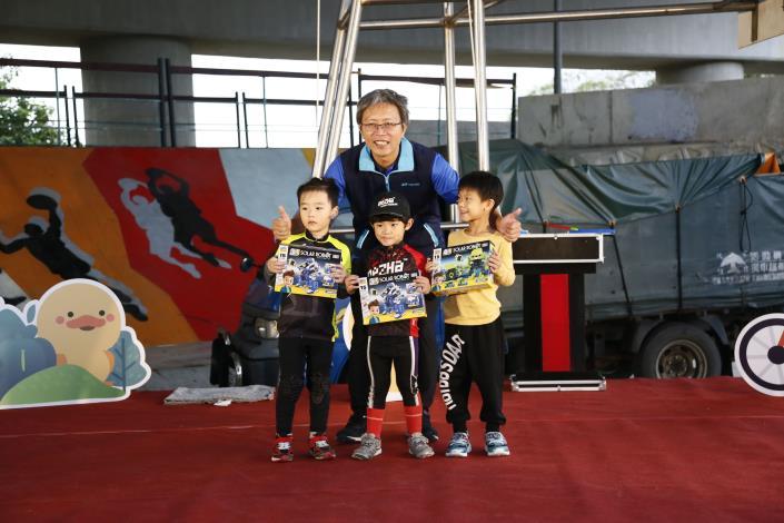 水利處長陳郭正頒獎給參與的小朋友