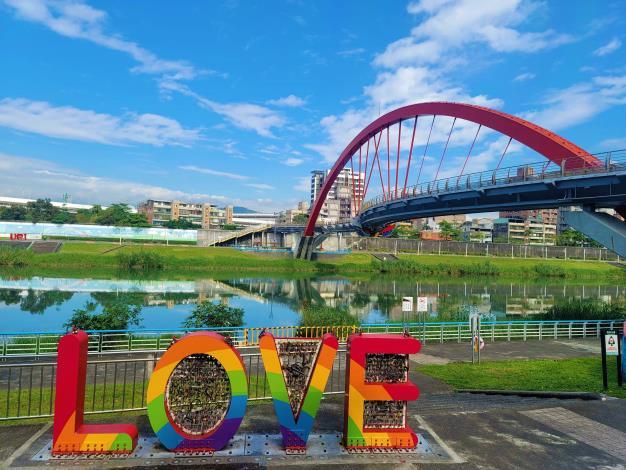 在彩虹橋靠近基四號水門的「LOVE」大型裝置藝術已披上彩虹新裝