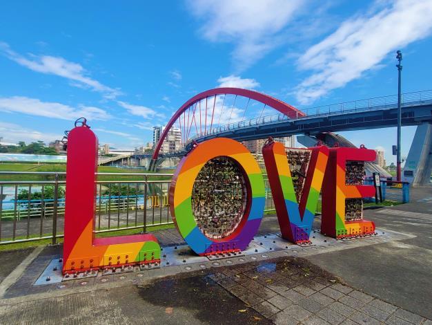 顏色七彩鮮豔的LOVE 加上鮮紅色S型的彩虹橋 ,預料將成為打卡拍照的新熱點!