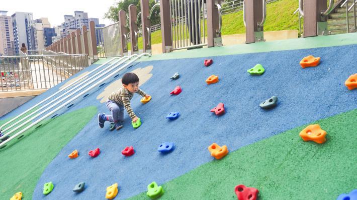 「道南河濱公園恆光橋下共融式遊戲場」藉由既有地型高差設置小朋友喜愛的遊戲場設施