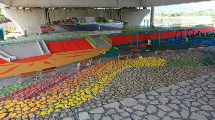 社子大橋下繽紛色彩的共融遊戲場