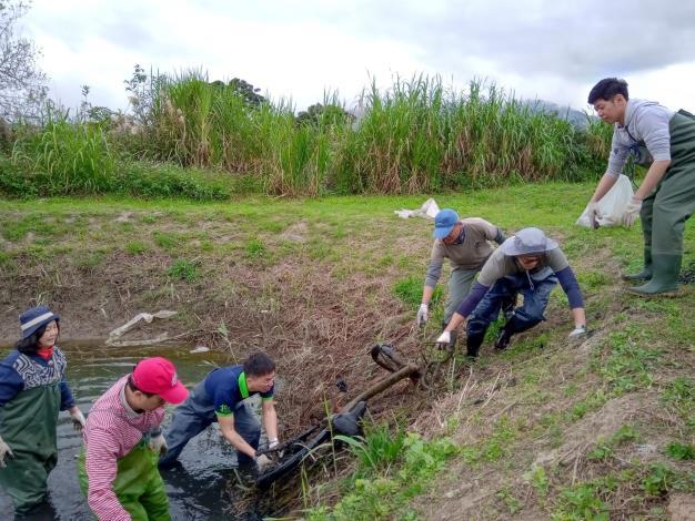 荒野保護協會的夥伴一同參與淨溪