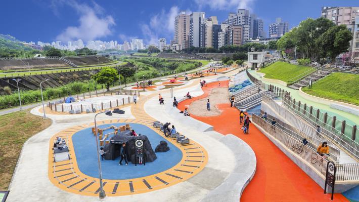 道南河濱公園兒童遊戲區位在景美溪右岸恆光橋下游