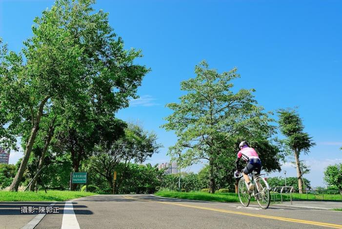 328柯市長會騎單車經過古亭河濱公園